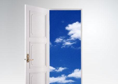 ドアの向こうは青空