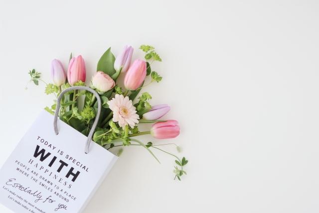 手さげに入った花たち