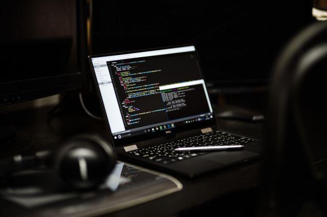 暗がりのノートパソコン