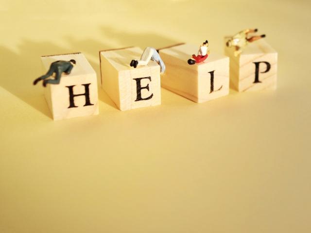 HELPの文字と人形