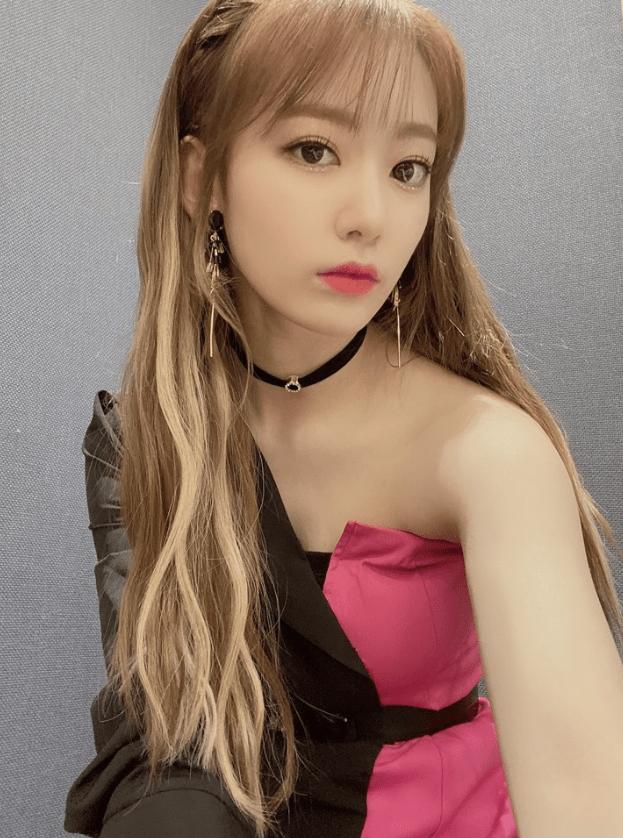 フルアルバムBLOOM IZで韓国でカムバックしたizone宮脇咲良のピンクと黒の大人っぽい衣装画像