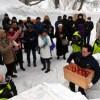 青森県・酸ケ湯の雪山で熟成 雪貯蔵りんご掘り起こし