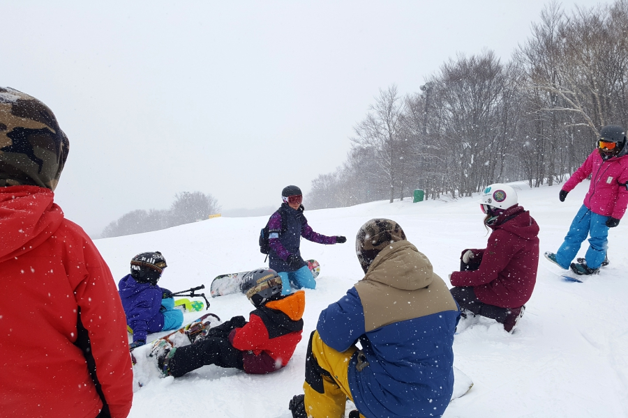coaching-skiers-and-snowboarders-at-freestyle-camp