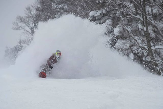 Chloe Kim snowboards through powder at Aomori Spring