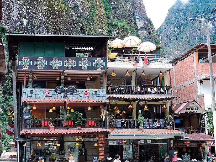 Aguas Calientes, Peru: As cores vibrantes de Machu Picchu Pueblo