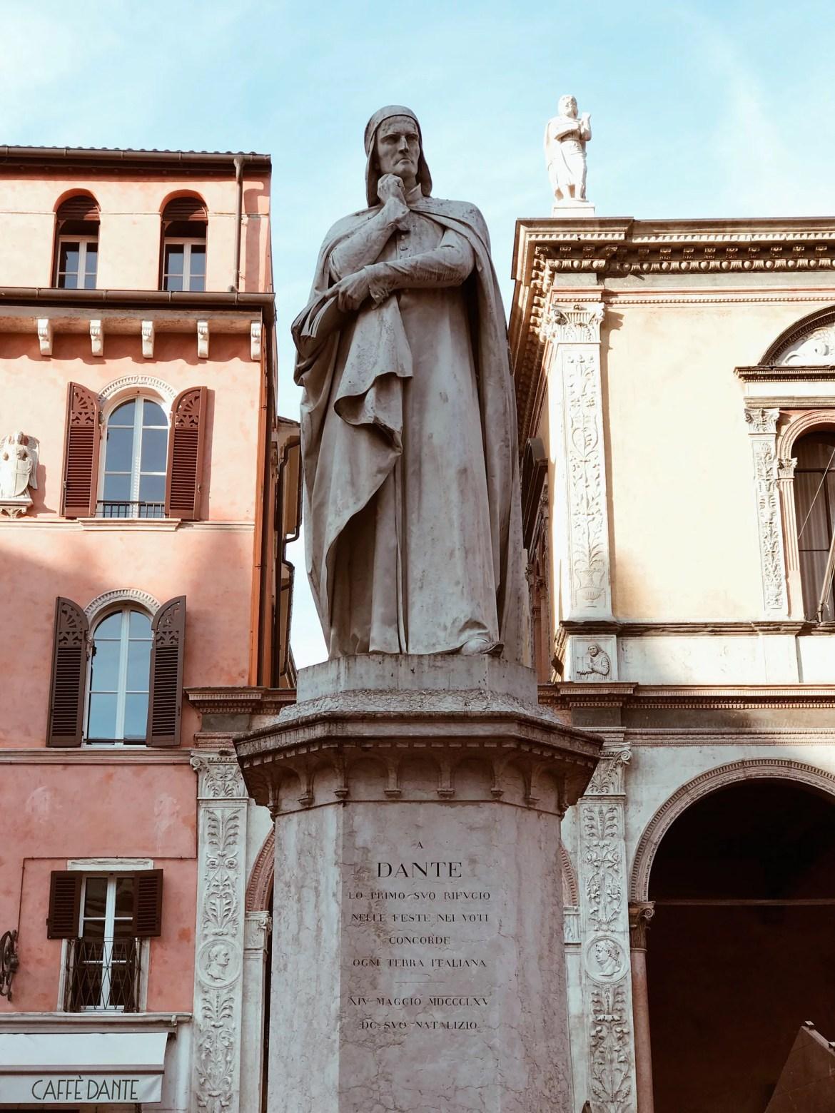 Estátua de Dante Alighieri