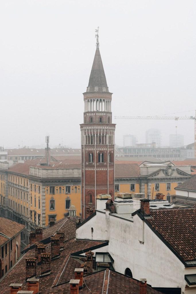 Vista de uma torre nos arredores da catedral