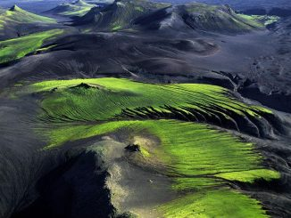 Mountainous coBlick von oben, Yann Arthus-Bertrand, Fotograf und Filmemacher Yann Arthus-Bertrand, Mountainous countryside near Maelifellssandur