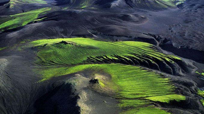 Mountainous coBlick von oben, Yann Arthus-Bertrand, Fotograf und Filmemacher Yann Arthus-Bertrand, Mountainous countryside near Maelifellssandur