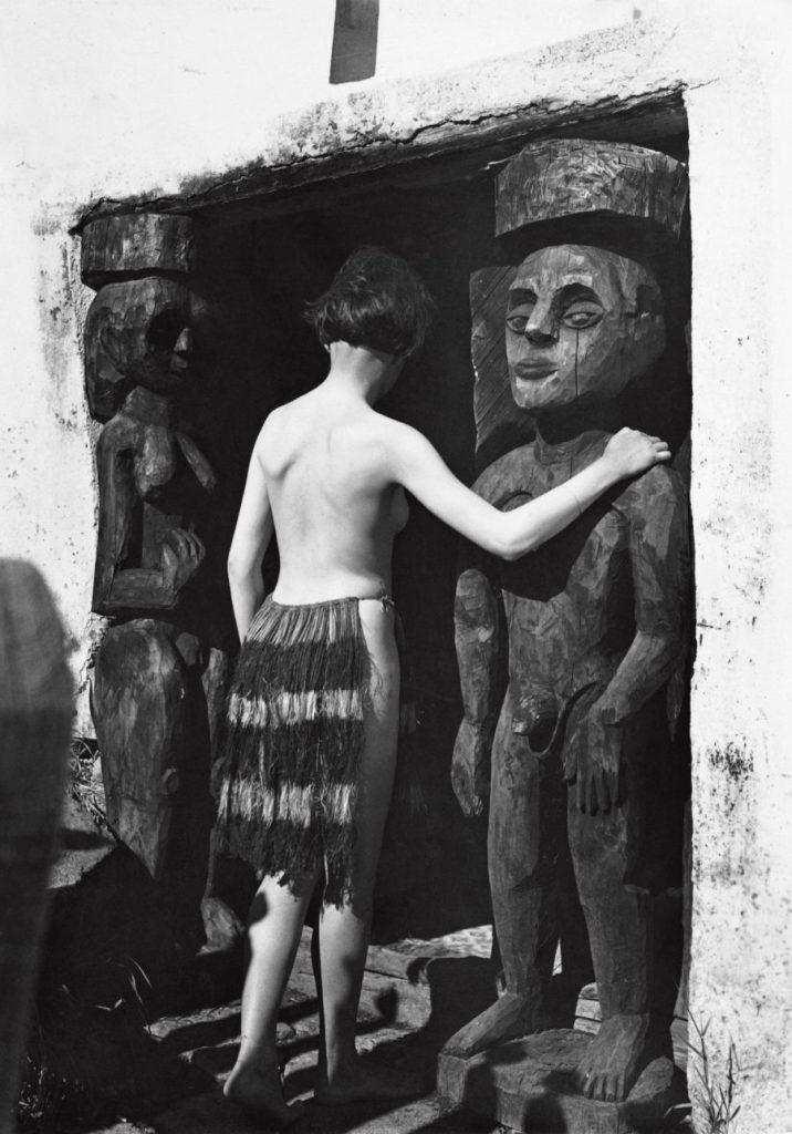 Ernst Ludwig Kirchner, Maler und Bildhauer, Der Maler als Fotograf, Nina Hard vor dem Eingang des Hauses In den Lärchen, Museum der Moderne, Ausstellung in Salzburg