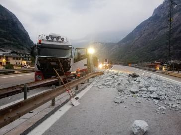 Camion si rovescia e perde il carico, autostrada chiusa per alcune ore all'alba