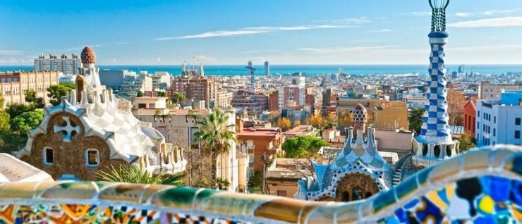 Vista de um dos hotéis de Barcelona, parece ser uma cidade divertida