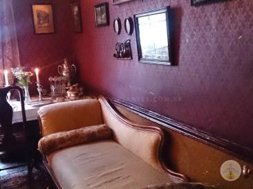 Cenários-e-Museu-de-Sherlock-Holmes-em-Londres-o-sofá Cenários e Museu de Sherlock Holmes em Londres