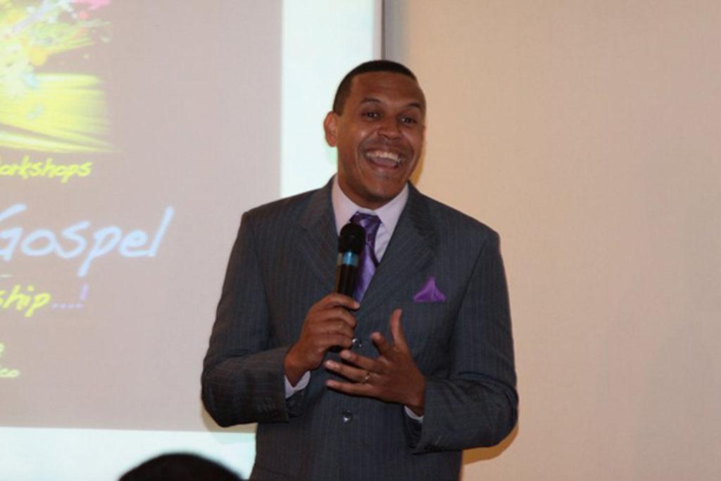 Edwin Rivera ofreciendo un taller de liderazgo. El líder A Otro Nivel .