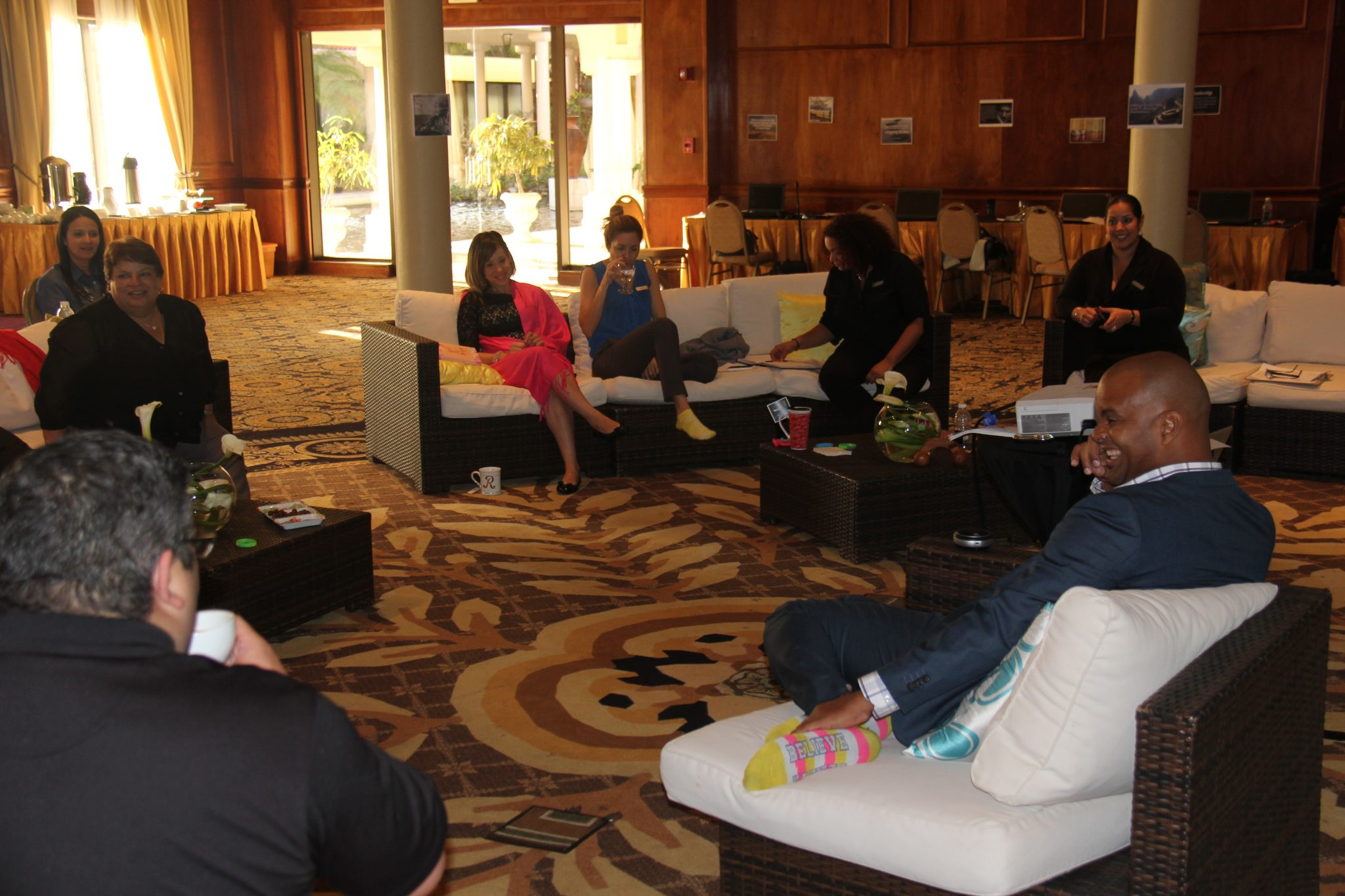 Héctor Millan ofreciendo un team coaching al equipo de ventas de El Hotel Melia.