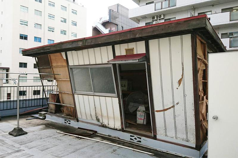 台風で傾いた小屋