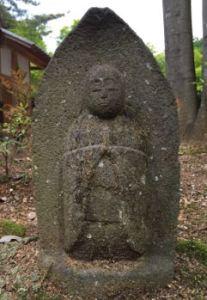 地蔵菩薩:これがお地蔵さんです。頭を丸めお坊さんの格好をしています。埼玉から来られたので伊賀近郊の物とは姿が少し違います