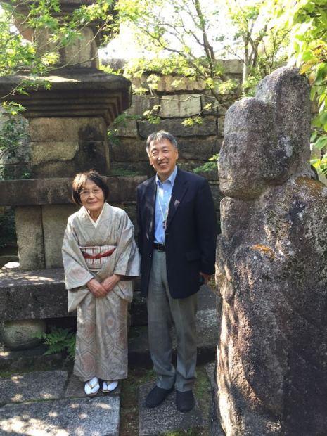 展示を担当された鄭喜斗先生と穐月由紀子:高麗美術館の朝鮮式庭園で取らせてもらいました。