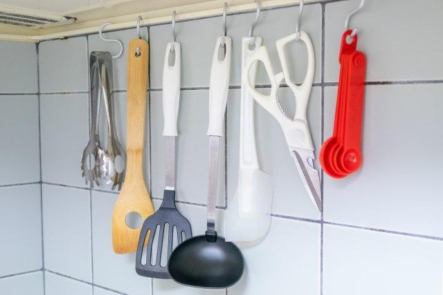 吊るす収納5選!キッチン用具・お風呂場のケアアイテム・デニムなど