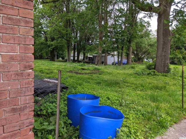 Yard featured at 643 Oak St, Quincy, IL 62301