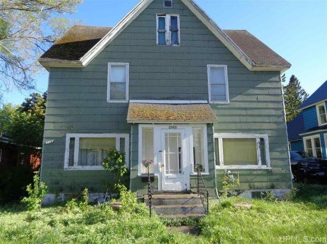 Porch yard featured at 25431 Oak St, Calumet, MI 49913