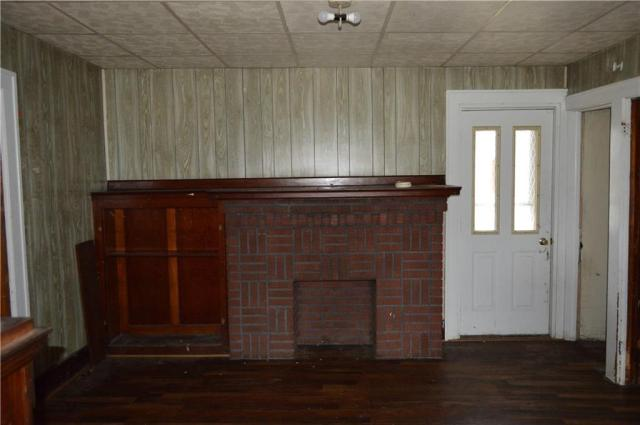 Living room featured at 422 W Parkway St, New Castle, PA 16101
