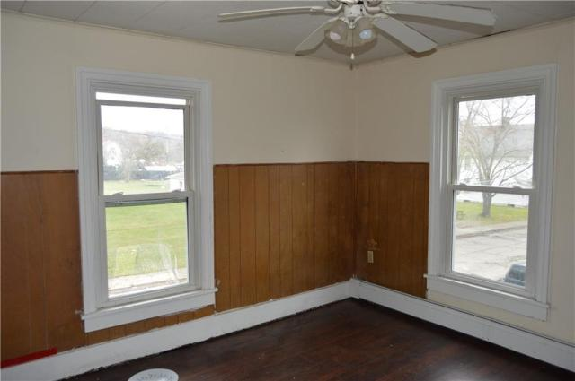 Bedroom featured at 422 W Parkway St, New Castle, PA 16101