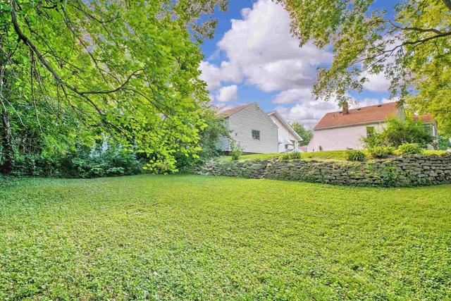 Yard featured at 2100 W Edna Ct, Peoria, IL 61604
