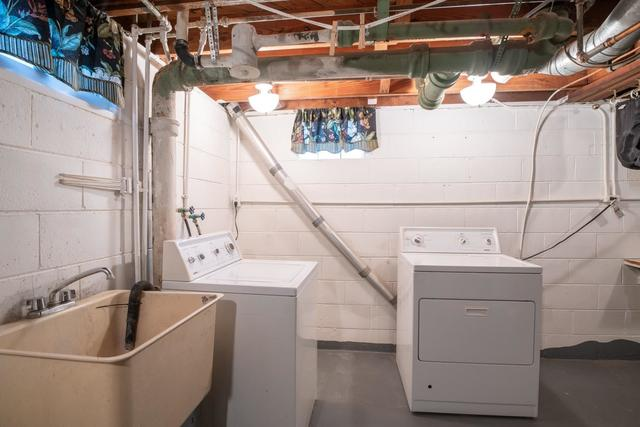 Laundry room featured at 2100 W Edna Ct, Peoria, IL 61604