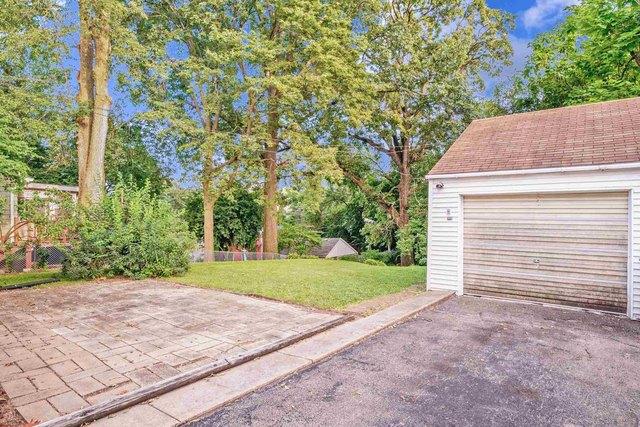 Garage featured at 2100 W Edna Ct, Peoria, IL 61604