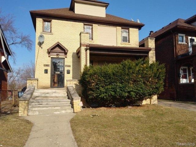 Porch yard featured at 2200 Lakewood St, Detroit, MI 48215