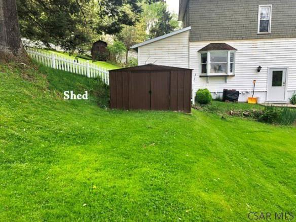 Yard featured at 1135 Agnes Ave, Johnstown, PA 15905