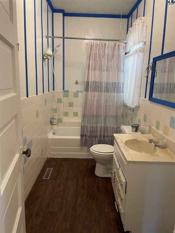 Bathroom featured at 115 S Taylor St, Pratt, KS 67124