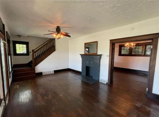Living room featured at 1321 Maccorkle Ave SE, Charleston, WV 25314