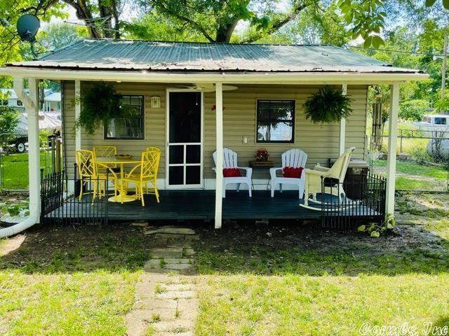 Porch yard featured at 13 Lakeshore Ln, Conway, AR 72032