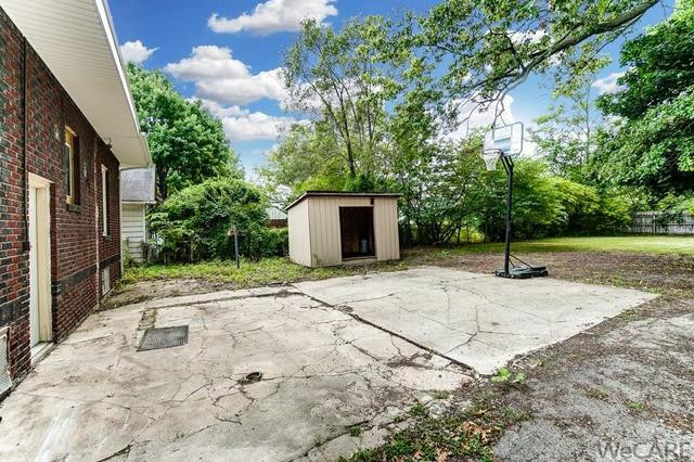 Yard featured at 322 Rosedale Ave S, Lima, OH 45805