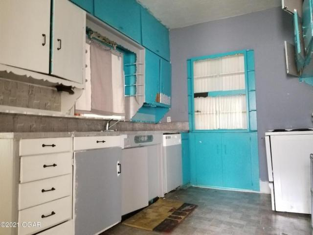 Kitchen featured at 1521 S Connor Ave, Joplin, MO 64804