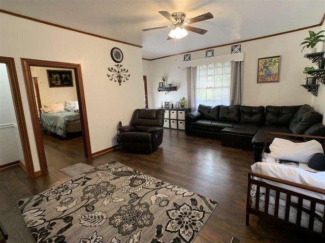 Living room featured at 1307 Locust St, Texarkana, AR 71854