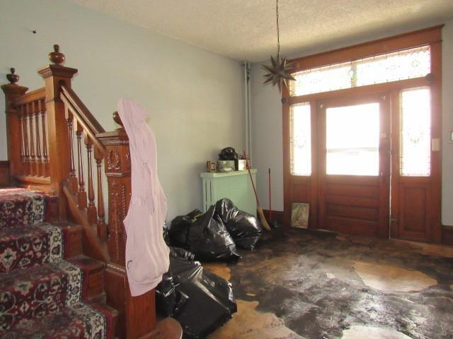 Living room featured at 525 Pine St, Johnstown, PA 15902