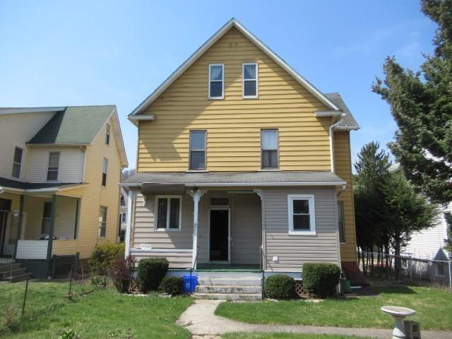 Porch yard featured at 525 Pine St, Johnstown, PA 15902
