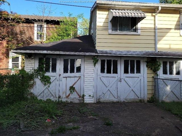 Porch yard featured at 111 Fitzgerald St, Charleston, WV 25302