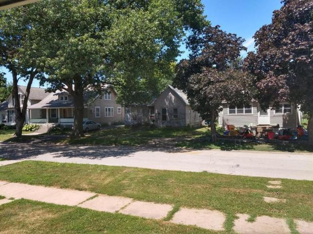 Yard featured at 108 E Grimes St, Red Oak, IA 51566
