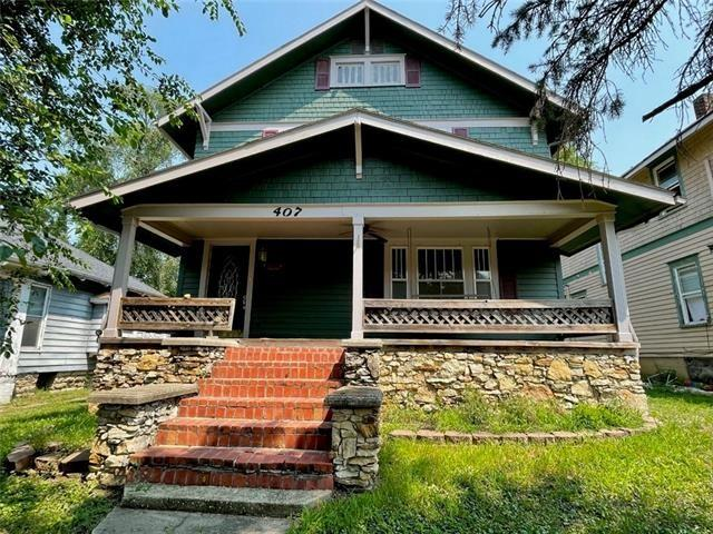 Porch featured at 407 W 11th St, Trenton, MO 64683