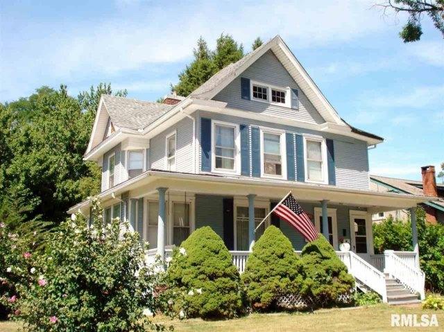 Porch yard featured at 982 N Cedar St, Galesburg, IL 61401
