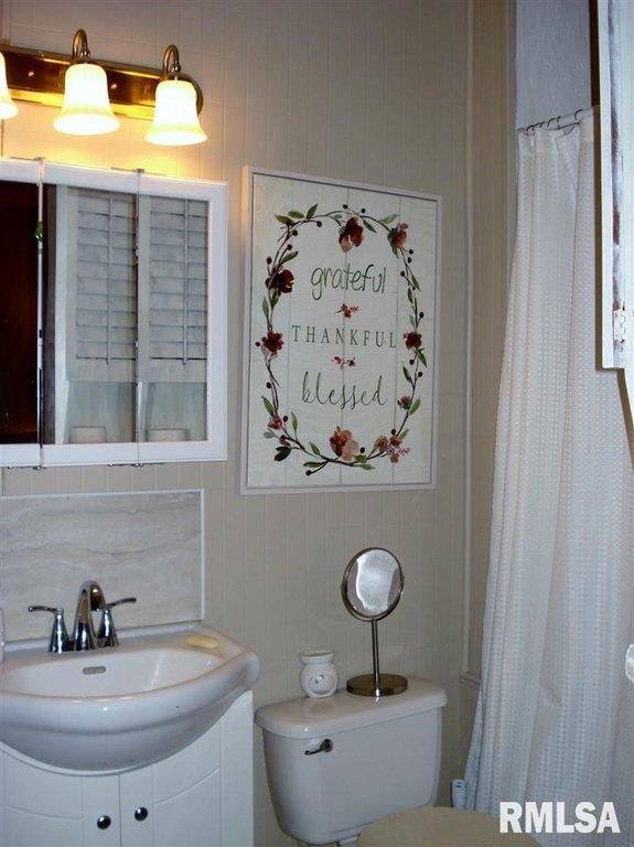 Bathroom featured at 982 N Cedar St, Galesburg, IL 61401