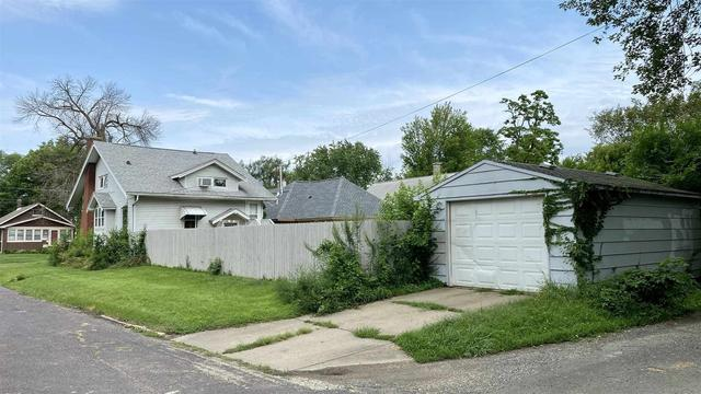 Yard featured at 2400 N Delaware Ave, Peoria, IL 61603