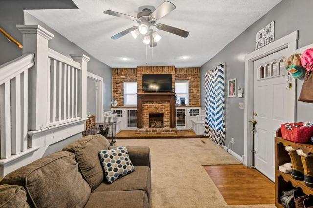 Living room featured at 102 Hiseville Coral Hill Rd, Glasgow, KY 42141