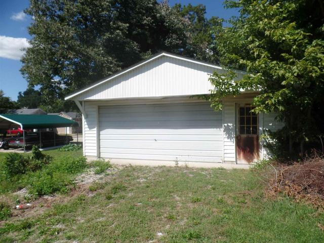 Garage featured at 270 E Main St, Bloomfield, IN 47424