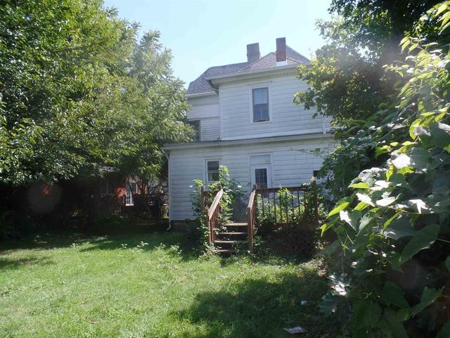 Yard featured at 270 E Main St, Bloomfield, IN 47424