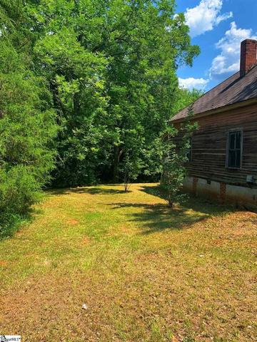 Yard featured at 122 Harrisburg St, Abbeville, SC 29620